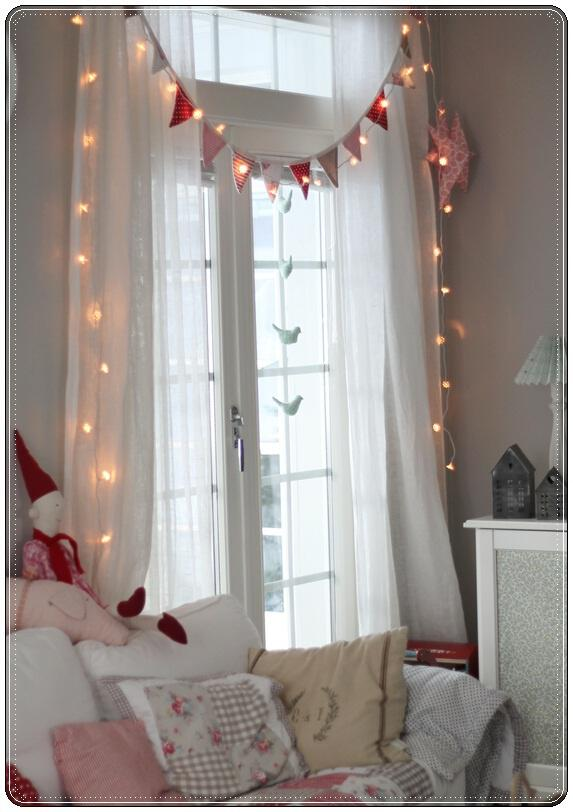 Romantic Bedroom Curtain Ideas: Decorate The Curtains In Christmas Style