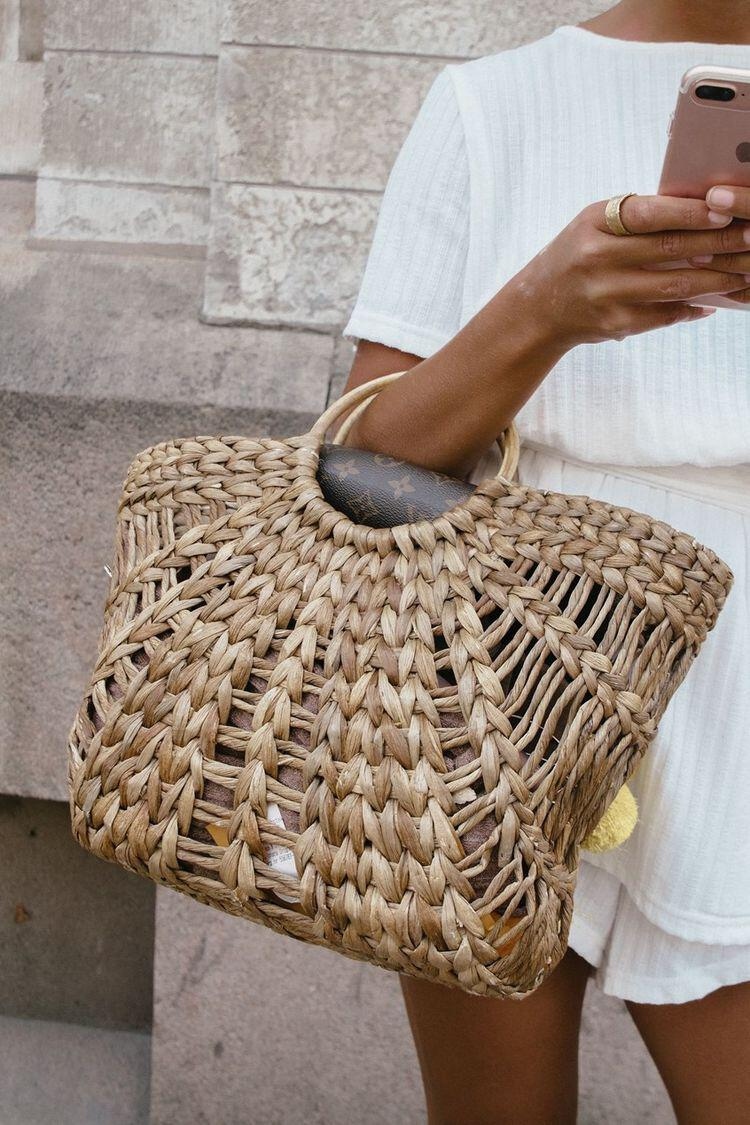 15 stylish woven bag outfits for the summer 4 - 15 stylish woven bag outfits for the summer